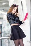 Piękna brunetki dziewczyna z pastylką Zdjęcie Stock