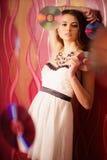 Piękna brunetki dziewczyna z wieloskładnikowymi błyszczącymi cd Fotografia Royalty Free