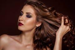 Piękna brunetki dziewczyna z zdrowym kędzierzawym włosy Obraz Royalty Free