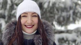 Piękna brunetki kobieta ono uśmiecha się w jedlinowym lesie zdjęcie stock