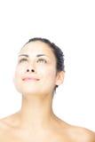 Piękna brunetki kobieta patrzeje upwards Fotografia Royalty Free