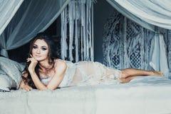 Piękna brunetki kobieta w Białym bielizny lying on the beach Obraz Royalty Free