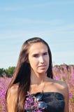 Piękna brunetki kobieta w polu fotografia royalty free