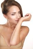 Piękna brunetki kobieta wzorcowa wąchający jej pachnidło zdjęcia royalty free