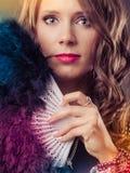 Piękna brunetki kobieta z czarnym fan w ręce obraz stock