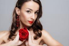 Piękna brunetki kobieta z czerwoną pomadką na wargach Zakończenie dziewczyna z wzrastał zdjęcie royalty free