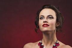 Piękna brunetki kobieta z fachowym makeup i fryzura z dużej kolii przyglądający up Zdjęcie Royalty Free