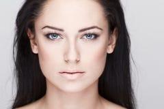 Piękna brunetki kobieta z niebieskimi oczami zdjęcia stock