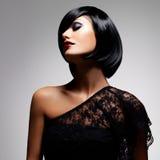 Piękna brunetki kobieta z strzał fryzurą zdjęcia stock