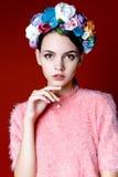 Piękna brunetki kobieta z wiankiem kwiaty na ona kierownicza zdjęcia stock