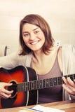Piękna brunetki młoda kobieta z gitarą Zdjęcia Royalty Free