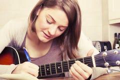 Piękna brunetki młoda kobieta z gitarą Obraz Stock