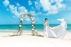 Piękna brunetki narzeczona w białej ślubnej sukni z duży długim Obraz Royalty Free