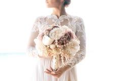 Piękna brunetki narzeczona w białej ślubnej sukni z duży długim Zdjęcia Stock