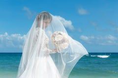 Piękna brunetki narzeczona w białej ślubnej sukni z duży długim Zdjęcia Royalty Free