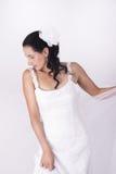 Piękna brunetki panna młoda trzyma jej białą przesłonę Fotografia Stock