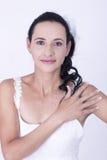 Piękna brunetki panna młoda w białej ślubnej todze Obrazy Stock