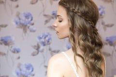 Piękna brunetki panny młodej kobieta z kędzierzawą fryzurą i neutralny Obraz Stock