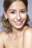 Piękna brunetki panny młodej kobieta z kędzierzawą fryzurą i neutralny Zdjęcie Royalty Free