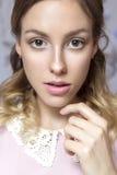 Piękna brunetki panny młodej kobieta z kędzierzawą fryzurą i neutralny Obraz Royalty Free