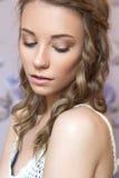 Piękna brunetki panny młodej kobieta z kędzierzawą fryzurą i neutralny Zdjęcia Stock