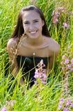 piękna brunetki trawy kobieta zdjęcie royalty free