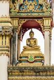 Piękna Buddha statua w świątyni ono odnawi W niebie z chmurami zdjęcie stock
