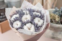 Piękna bukiet lawenda, bawełna na stole i, wysuszeni kwiaty biali i lily kolor fotografia stock