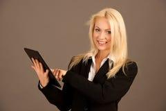 Piękna busienss kobieta wyszukuje sieć na jej pastylce Obraz Royalty Free