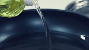 piękna butelka ubierać nafciane oliwne pikantność Olej nalewający na niecce Olej dla smażyć _ zbiory wideo