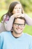 Piękna córka i ojciec w parku. obrazy stock