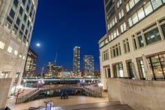 Piękna Canary Wharf linia horyzontu przy nocą, Londyn od ulicznego leve Fotografia Stock