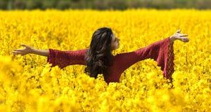piękna canola pola dziewczyna zdjęcie stock