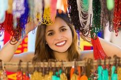 Piękna caucasian kobieta pozuje behind tradycyjna odzieży i rękodzieło kolii sztuka, kolorowa kolia Obrazy Royalty Free