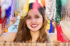 Piękna caucasian kobieta pozuje behind tradycyjna odzieży i rękodzieło kolii sztuka, kolorowa kolia Zdjęcie Stock