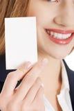 Piękna caucasian kobieta trzyma małą ogłoszenie towarzyskie kartę. fotografia royalty free