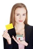Piękna caucasian kobieta trzyma pustą ogłoszenie towarzyskie kartę, hou i obrazy royalty free