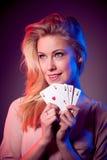 Piękna caucasian kobieta z grzebakiem grępluje uprawiać hazard w kasynie Zdjęcia Royalty Free