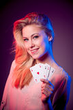 Piękna caucasian kobieta z grzebakiem grępluje uprawiać hazard w kasynie Zdjęcie Stock