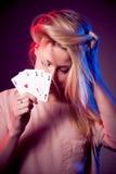 Piękna caucasian kobieta z grzebakiem grępluje uprawiać hazard w kasynie Obraz Royalty Free