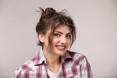 Piękna caucasian kobieta z luźnym kędzierzawym włosy uśmiechniętym i patrzeje kamerę obrazy royalty free
