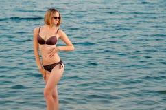 Piękna caucasian młoda kobieta w szkłach na plaży, jest s Obrazy Royalty Free