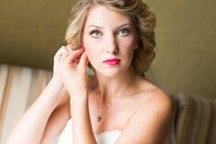Piękna caucasian panna młoda dostaje przygotowywający dla ślubnej ceremonii Zdjęcie Royalty Free