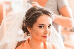 Piękna caucasian panna młoda dostaje przygotowywający dla ślubnej ceremonii Zdjęcie Stock