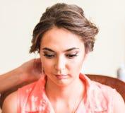 Piękna caucasian panna młoda dostaje przygotowywający dla ślubnej ceremonii Fotografia Stock