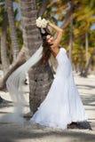 Piękna caucasian panna młoda pozuje przy tropikalną plażą Fotografia Stock