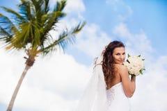 Piękna caucasian panna młoda pozuje przy tropikalną plażą Zdjęcia Stock
