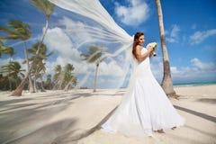 Piękna caucasian panna młoda pozuje przy tropikalną plażą Obrazy Stock