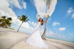 Piękna caucasian panna młoda pozuje przy tropikalną plażą Zdjęcie Stock