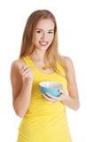 Piękna caucasian schudnięcia kobieta je kukurydzanych płatki. Obraz Stock